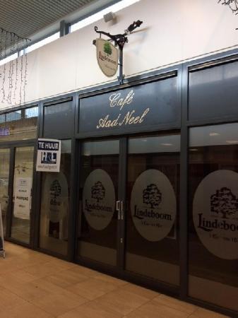 Klein authentiek cafe gelegen in winkelcentrum te Donderberg.