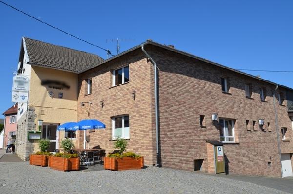 Café met zaal en 3 woningen in Sistig